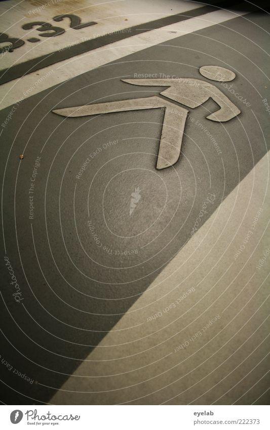 Laufrichtung Mensch Straße kalt grau Stein Gebäude braun Beton Sicherheit Bodenbelag Ziffern & Zahlen Zeichen Hinweisschild Bauwerk Verkehrswege Mobilität