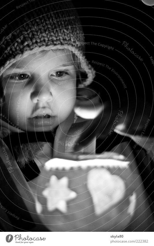 Kerzenschein Kind Kleinkind Räbelichetli Mütze Nacht Laterne Lampion Blick Beleuchtung Lampe leuchten warm eingepackt Außenaufnahme Natur Warmherzigkeit