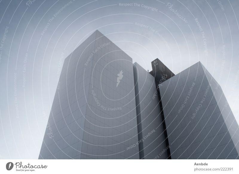 Das Hauptquartier Himmel Stadt Haus Hochhaus Architektur Fassade Fenster beobachten ästhetisch bedrohlich eckig einfach kalt trist blau silber weiß Stimmung