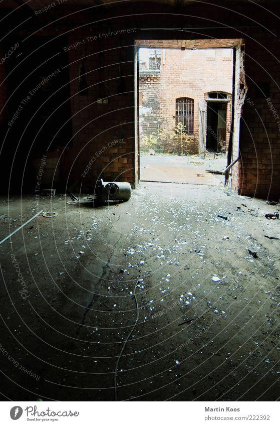 Hinterausgang Mauer Wand Glas Stahl Backstein alt dreckig kaputt Endzeitstimmung geheimnisvoll Nostalgie Industriefotografie Industrieanlage Fabrikhalle