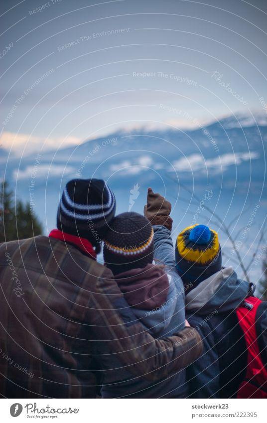 Everything looks perfect from far away... Mensch Jugendliche Winter Erwachsene Ferne Landschaft Berge u. Gebirge Freiheit Familie & Verwandtschaft Horizont Eis wandern maskulin Ausflug Abenteuer Frost