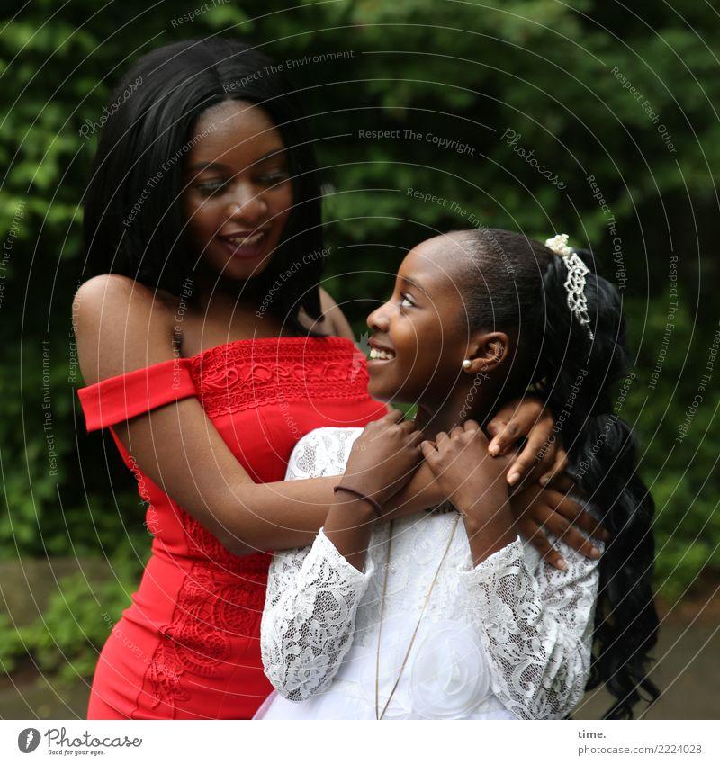 Arabella und Gloria feminin Mädchen Frau Erwachsene 2 Mensch Park Kleid Accessoire Schmuck schwarzhaarig langhaarig berühren festhalten Kommunizieren Lächeln