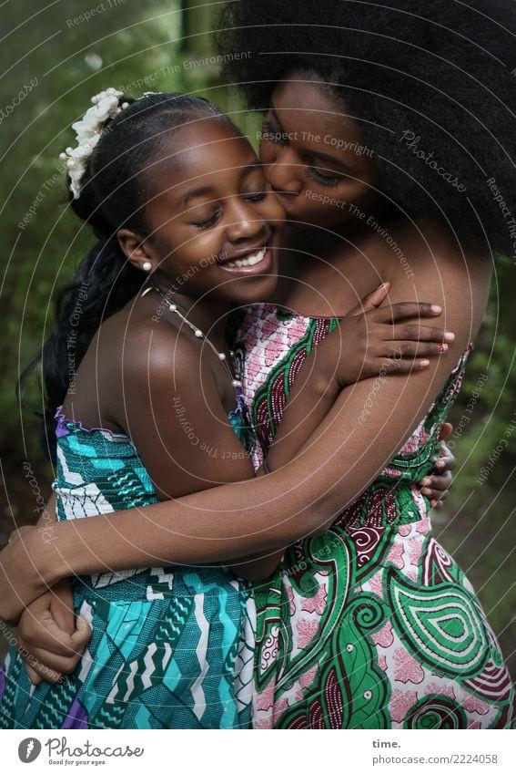 Gloria und Arabella Frau Mensch schön Mädchen Erwachsene Leben Liebe feminin Zusammensein Freundschaft Park ästhetisch Fröhlichkeit Lebensfreude Warmherzigkeit