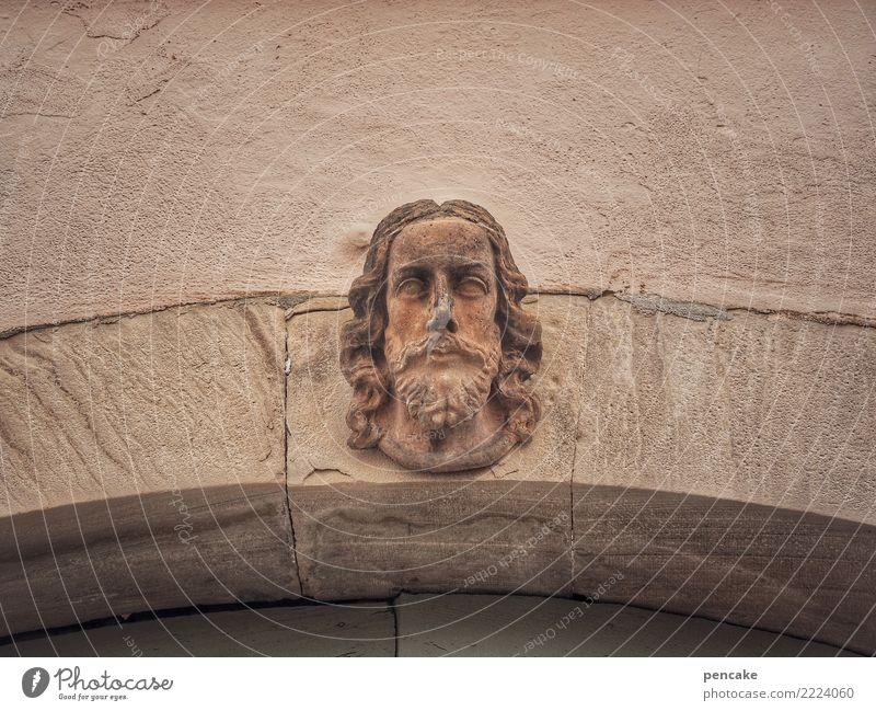 hier, hier oben bin ich! Mann Erwachsene Kopf Kunst Kunstwerk Skulptur Architektur Altstadt Mauer Wand Fassade Sehenswürdigkeit Denkmal alt historisch Torbogen