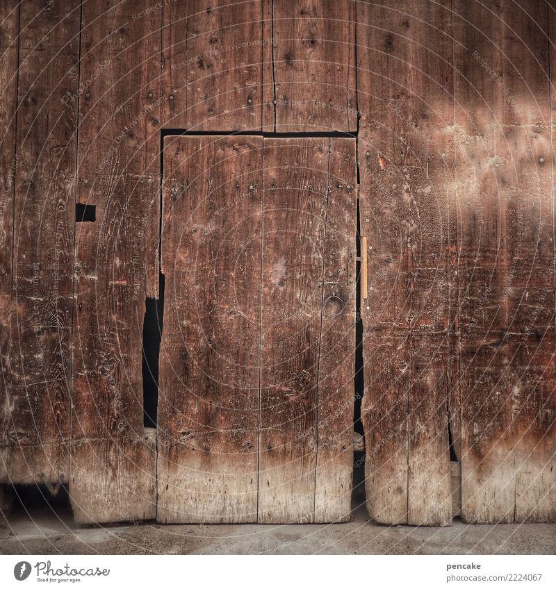 zahn der zeit alt Haus Holz Fassade Wetter Tür authentisch historisch einfach Vergangenheit Altstadt Dorf Hütte altehrwürdig Holzwand verwittert