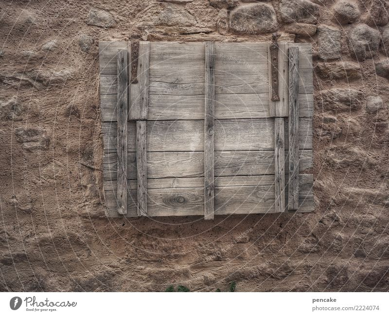 krimi | geheimversteck Altstadt Mauer Wand dunkel gruselig Holzbrett geschlossen Luke Kellerfenster Elsass geheimnisvoll Farbfoto Gedeckte Farben Außenaufnahme