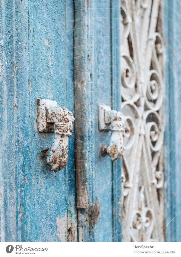 Doppel-Klopf Tür alt außergewöhnlich historisch retro türkis weiß Türklopfer Rost Altersspuren Patina Holztür Detailaufnahme Nahaufnahme Farbfoto Außenaufnahme