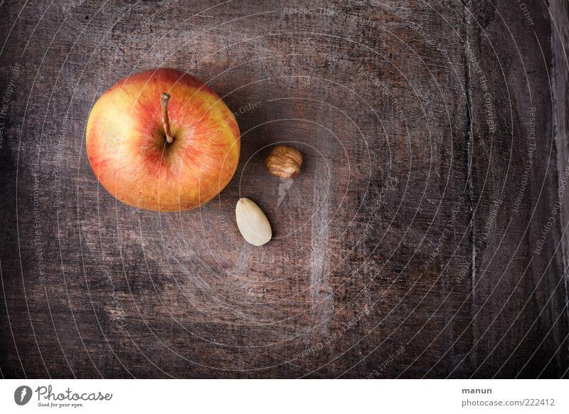 Apfel, Nuss und Mandelkern... Lebensmittel Frucht Ernährung Bioprodukte Vegetarische Ernährung Gesundheit lecker Vorfreude Erwartung Farbfoto Innenaufnahme