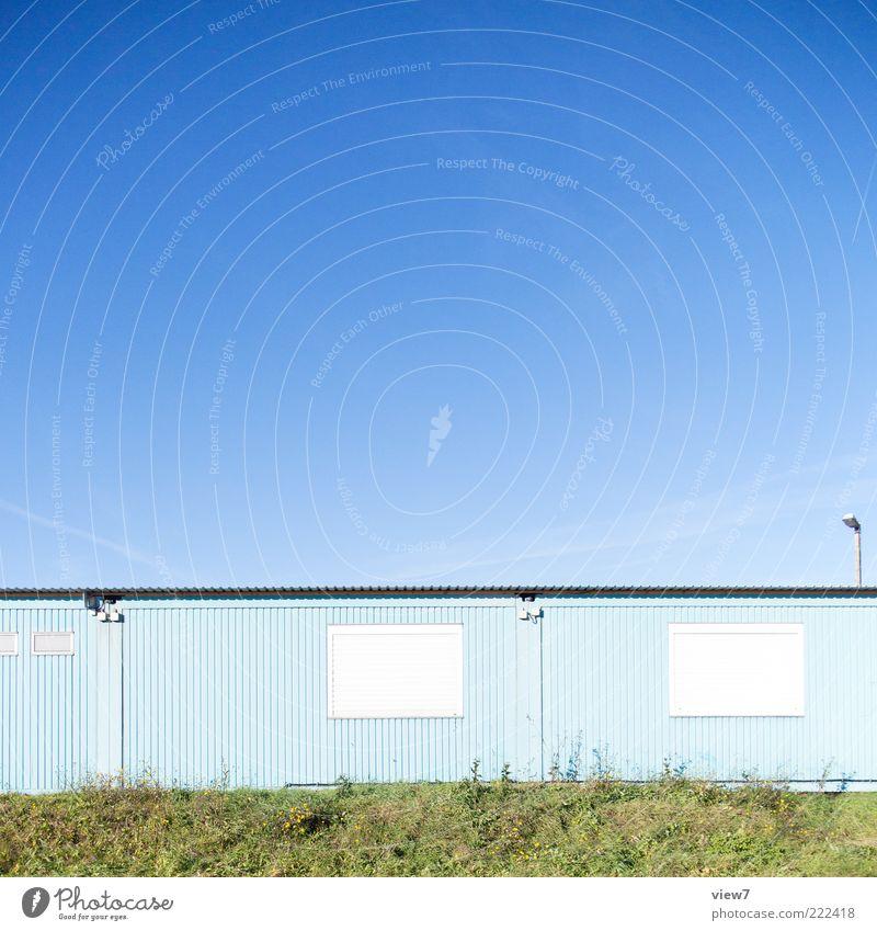 light blue Himmel Wolkenloser Himmel Schönes Wetter Industrieanlage Bauwerk Mauer Wand Fassade Metall Linie hell modern neu trist blau Ende Endzeitstimmung