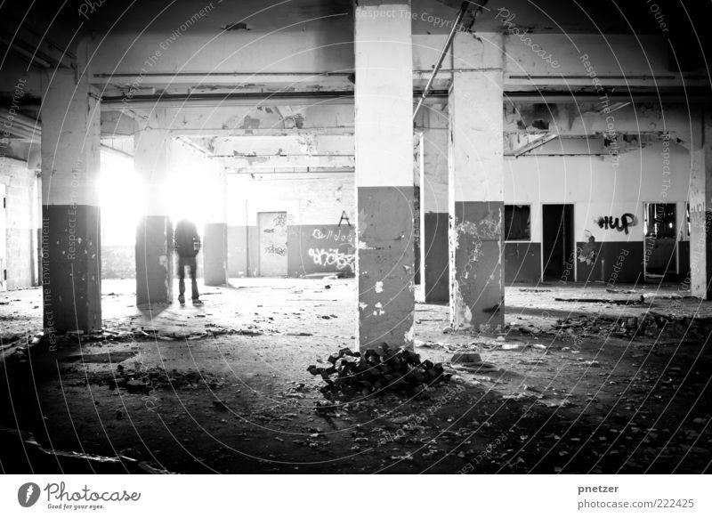 Zeit 5 Lifestyle Mensch maskulin 1 Industrieanlage Fabrik stehen außergewöhnlich dunkel schwarz weiß Gefühle Stimmung Traurigkeit Armut Stress chaotisch