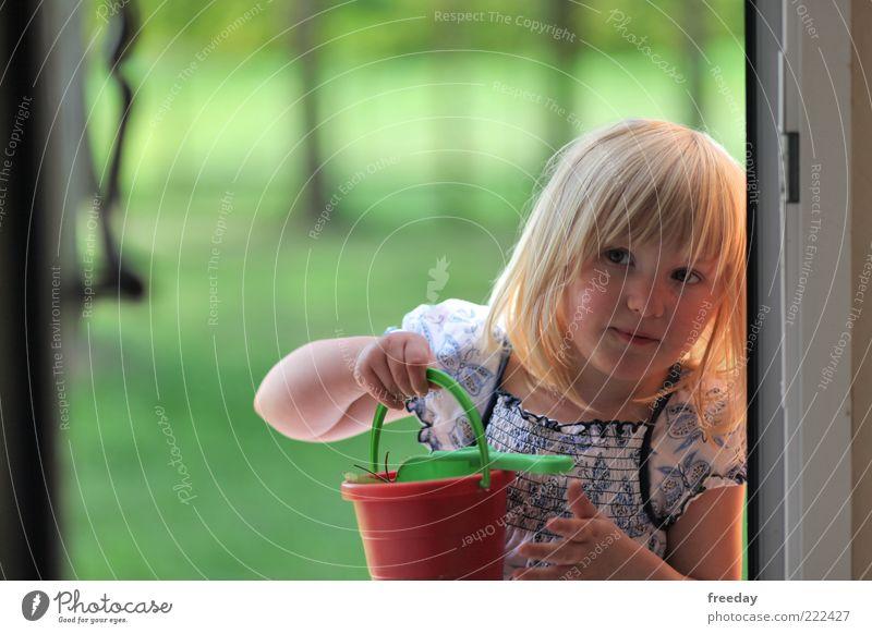 Hallo! Möchten Sie etwas Sand kaufen?? Mensch Kind Hand Mädchen Spielen Haare & Frisuren Sand Kopf blond Kindheit Arme Kleid festhalten Lippen fleißig Schaufel