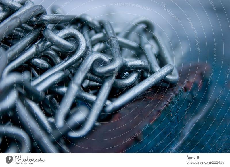 Flüchtig II blau ruhig dunkel Gefühle Stimmung Metall Kraft Macht festhalten Kette silber Zusammenhalt Eisenkette Befestigung Überwachung Detailaufnahme