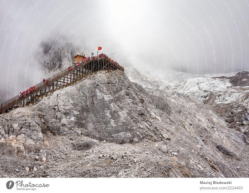 Aussichtsplattform am Jade Dragon Snow Mountain. Ferien & Urlaub & Reisen Tourismus Abenteuer Sightseeing Expedition Camping Winter Schnee Berge u. Gebirge