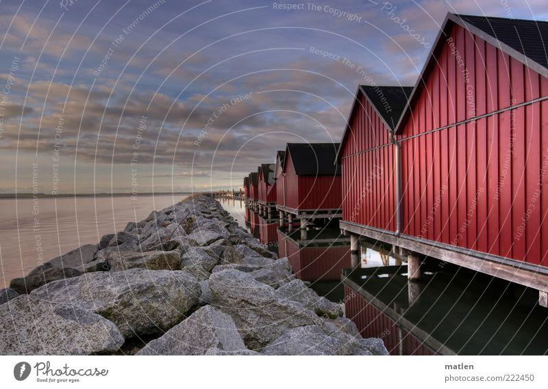 Novembersonne Haus Landschaft Wasser Himmel Wolken Horizont Herbst Schönes Wetter Ostsee Meer Menschenleer Hütte blau rot ruhig Windstille Stein Mole Farbfoto