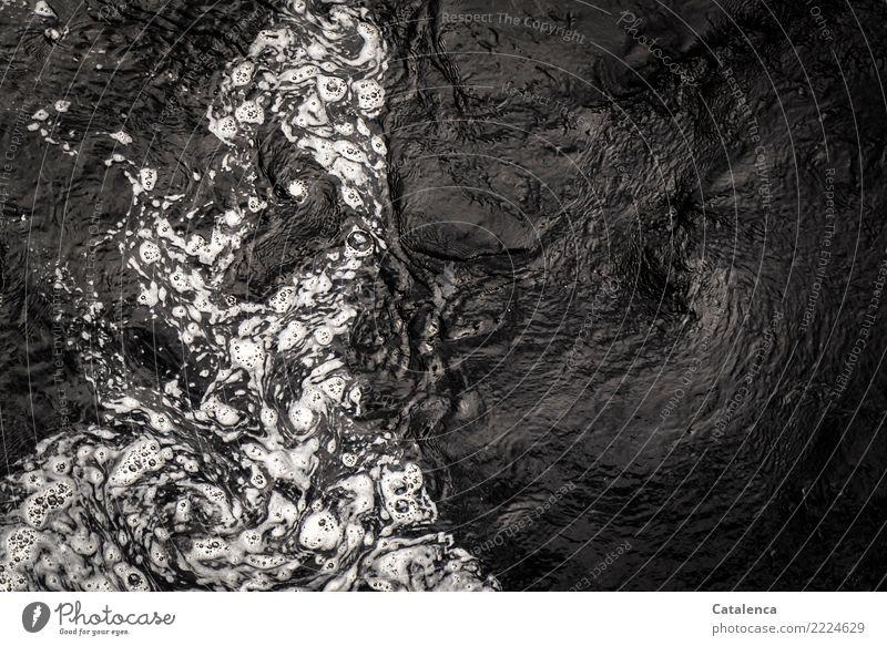 Spannung | dunkle Fluten Natur Urelemente Wasser Sommer Fluss Bewegung glänzend alt außergewöhnlich bedrohlich dunkel Flüssigkeit braun schwarz weiß Stimmung