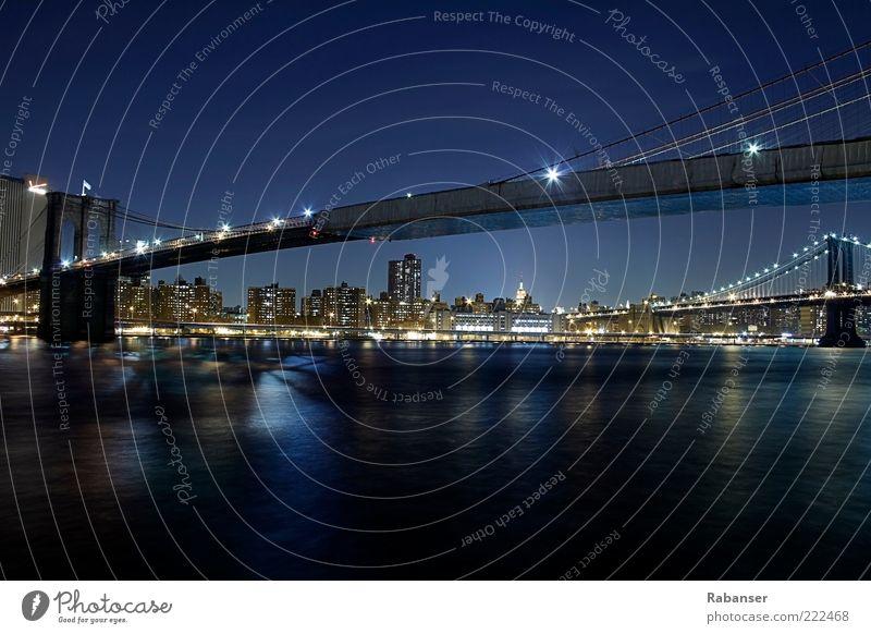 Brooklyn Bridge south view Verkehr Straße Brücke alt ästhetisch hell schön blau schwarz groß New York City Amerika Reisefotografie Licht Nacht Verkehrswege