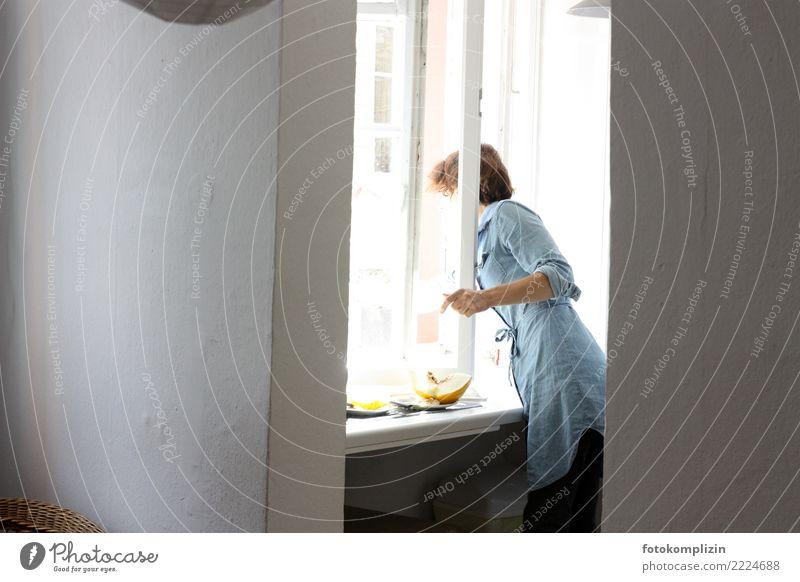 am fenster Frau Mensch blau Gesunde Ernährung weiß Einsamkeit Fenster Essen Erwachsene feminin Stimmung Häusliches Leben Wohnung Kommunizieren Beginn