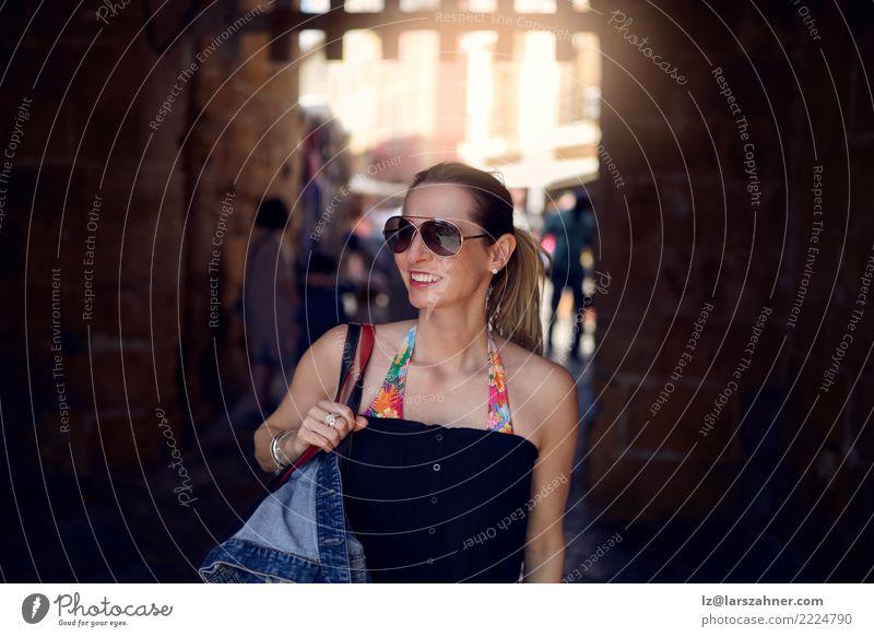Tragende Sonnenbrille der attraktiven modischen Frau Lifestyle kaufen Glück Ferien & Urlaub & Reisen Tourismus Sommer Erwachsene 1 Mensch 30-45 Jahre Wärme