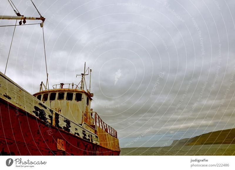 Island Umwelt Natur Landschaft Himmel Wolken Felsen Berge u. Gebirge Fjord Schifffahrt Bootsfahrt Passagierschiff Fischerboot alt außergewöhnlich dunkel kalt