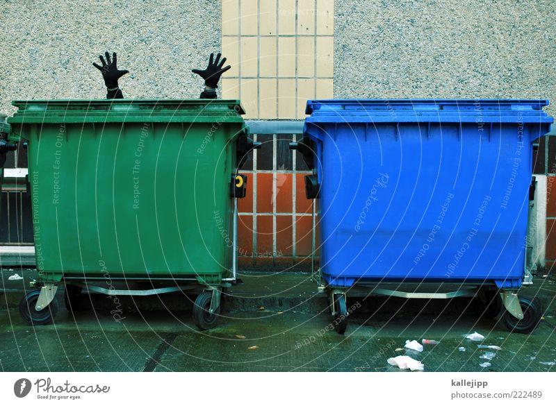 für die tonne Mensch Mann Hand grün blau Erwachsene maskulin Suche Finger Fassade Müll skurril Handschuhe Müllbehälter Dinge Recycling