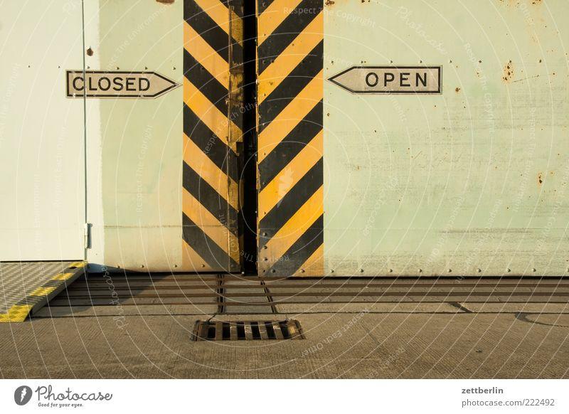 CLOSED/OPEN schwarz gelb Gebäude Architektur Tür Schilder & Markierungen Streifen Metallwaren Pfeil Tor Richtung Bauwerk Wegweiser Gully Lücke