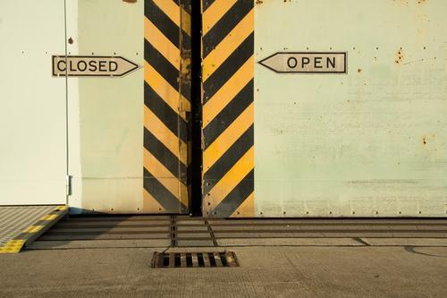 CLOSED/OPEN Tor Bauwerk Gebäude Architektur Tür Streifen Lücke Schiebetür Zweifel alternativ Schilder & Markierungen Pfeil Richtung Wegweiser Gully Spalte