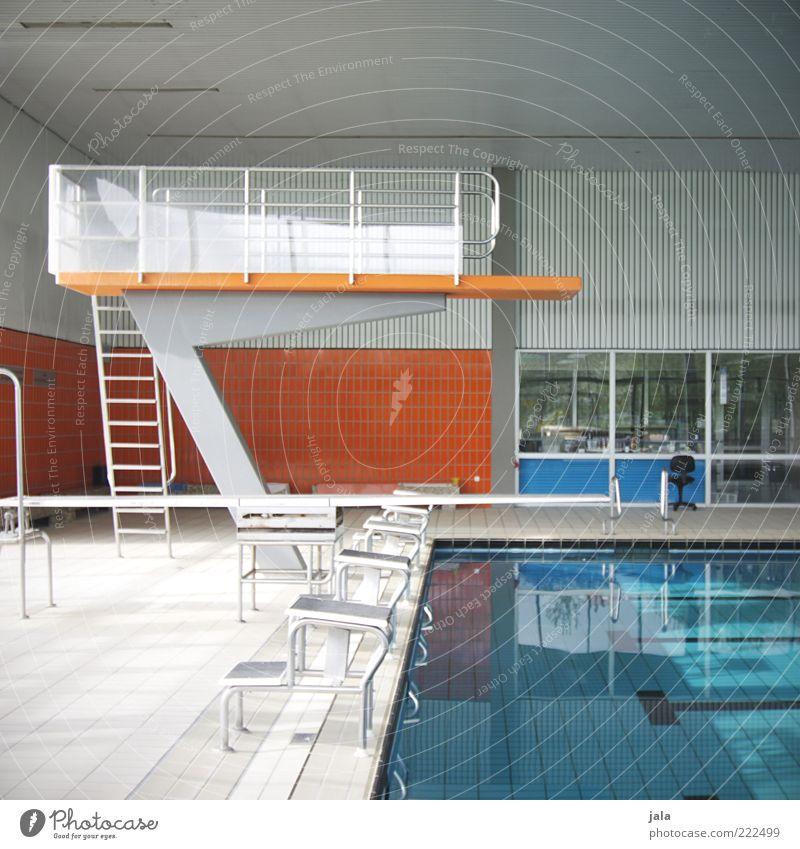 sprungturm Sprungbrett Schwimmbad Gebäude klein blau grau orange Farbfoto Innenaufnahme Menschenleer Tag Schwimmhalle Leiter Fliesen u. Kacheln Wasseroberfläche