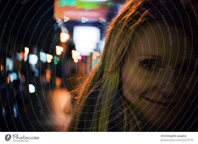 Lovely Bokeh Mensch Jugendliche Stadt Gesicht Erwachsene blond außergewöhnlich Frau Lächeln unterwegs Anschnitt Bildausschnitt Nachtleben ausgehen Junge Frau