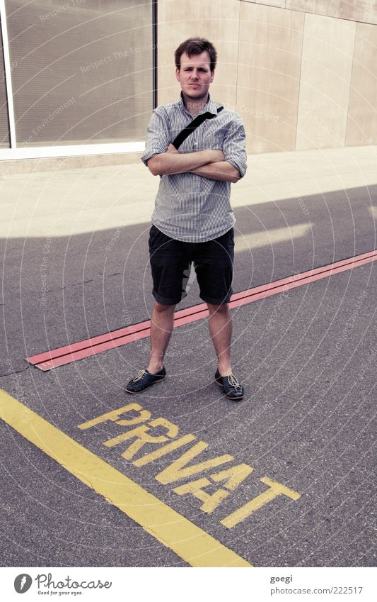 Ordnungswidrigkeit Mensch Mann Jugendliche Erwachsene Linie Schuhe Schilder & Markierungen maskulin Schriftzeichen stehen bedrohlich Asphalt 18-30 Jahre Hemd