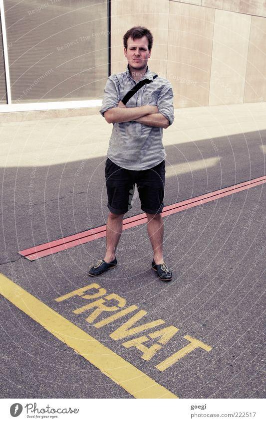Ordnungswidrigkeit Mensch Mann Jugendliche Erwachsene Linie Schuhe Schilder & Markierungen maskulin Schriftzeichen stehen bedrohlich Asphalt 18-30 Jahre Hemd brünett Meinung