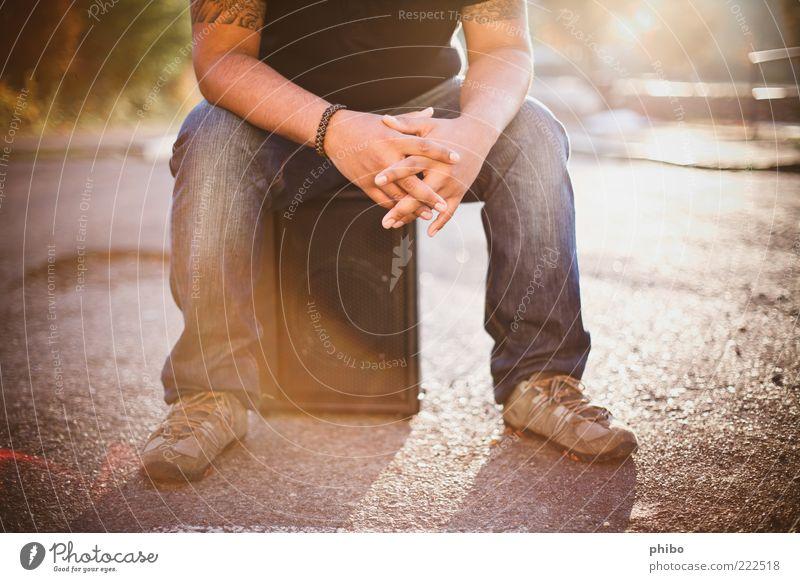 13 Freizeit & Hobby maskulin Beine Mensch Künstler Musiker Verstärker Sonnenaufgang Sonnenuntergang Sonnenlicht Straße Asphalt T-Shirt Jeanshose Schuhe sitzen