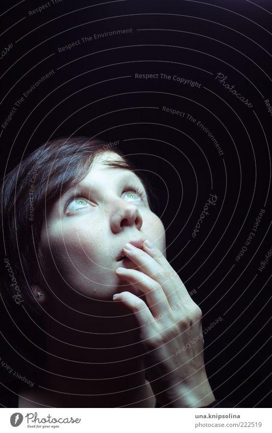 sie kommen! Frau Mensch Hand Jugendliche Gesicht dunkel feminin Angst Erwachsene bedrohlich beobachten Neugier entdecken leuchten Porträt Überraschung