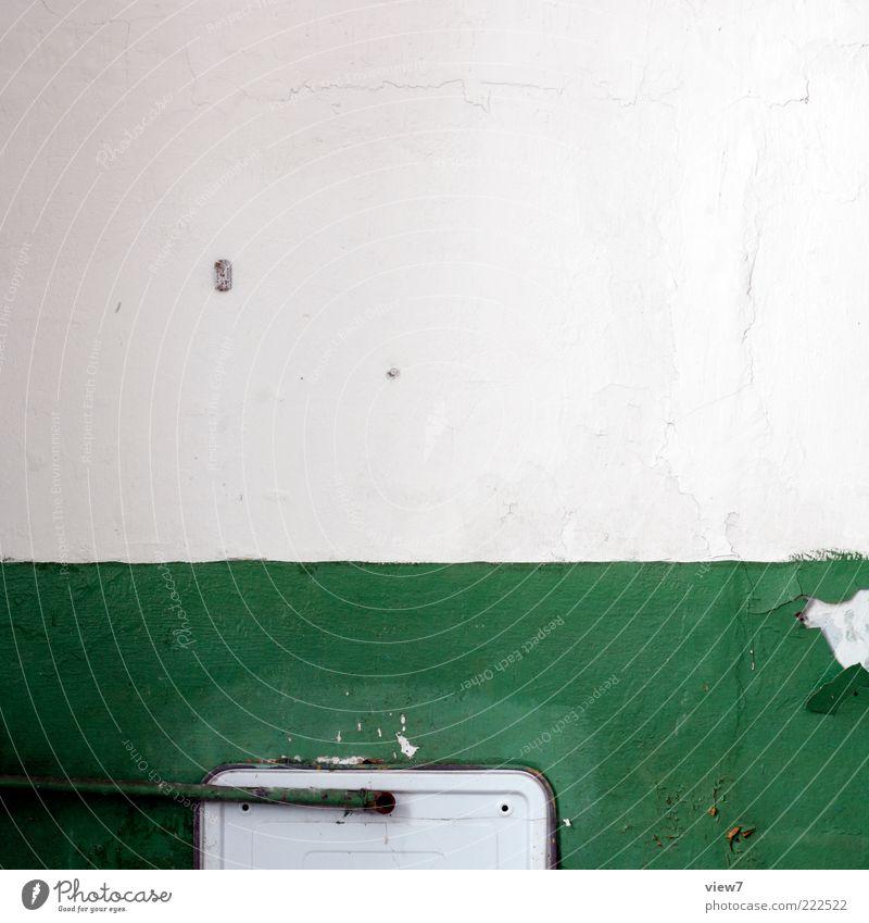 green. Innenarchitektur Dekoration & Verzierung Raum Bad Mauer Wand Stein Metall Linie Streifen alt dreckig einfach oben trashig grün ästhetisch Design Ordnung