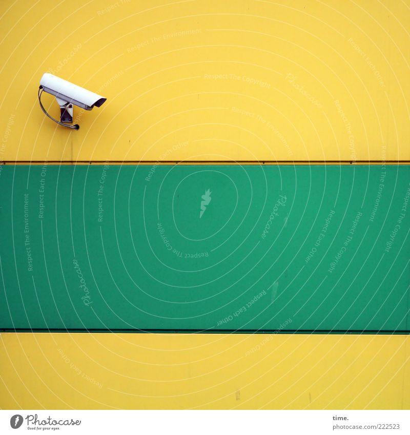 HH10.2 | Daily Soap Fake grün gelb Architektur Fassade Sicherheit Macht Kabel offen Streifen bedrohlich beobachten gruselig Neugier Bauwerk Wachsamkeit