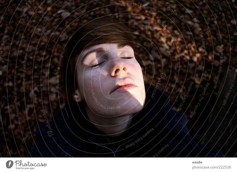vitamin d feminin Gesicht Herbst Schönes Wetter Blatt brünett atmen Erholung genießen träumen authentisch Ferne frei frisch braun Geborgenheit Gelassenheit Duft