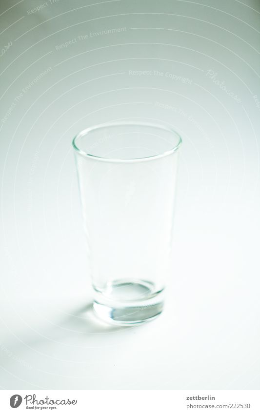 Weder halb voll noch halb leer Geschirr Glas Lifestyle Stil Häusliches Leben weiß Ordnungsliebe Reinlichkeit Sauberkeit bescheiden Wasserglas Farbfoto