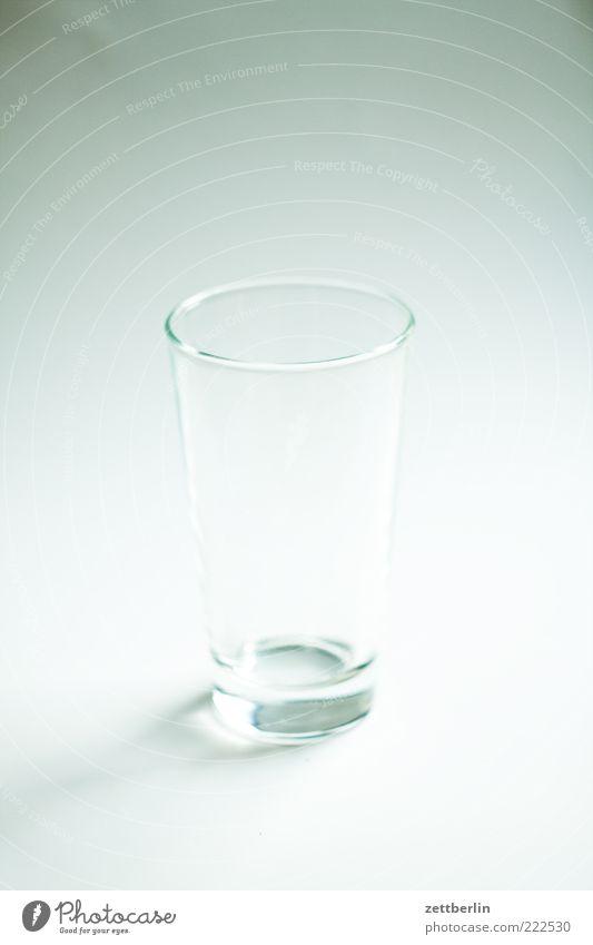 Weder halb voll noch halb leer weiß Stil Glas glänzend Lifestyle leer rund Sauberkeit Häusliches Leben Geschirr bescheiden Freisteller kegelförmig Wasserglas Reinlichkeit Ordnungsliebe