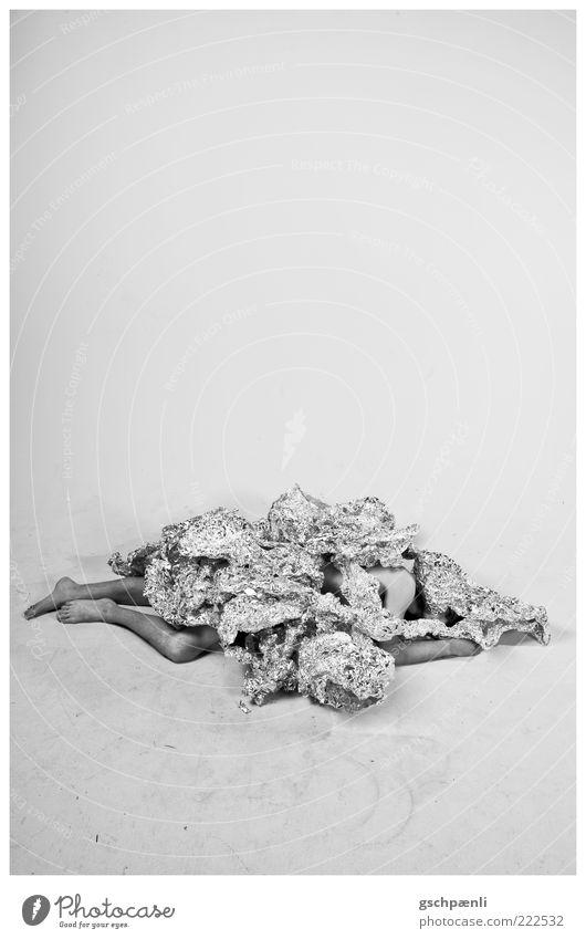 Havy Space maskulin Erwachsene Beine Fuß 1 Mensch Kunst Skulptur Tanzen Show außergewöhnlich dunkel muskulös dünn verrückt silber ruhig bequem Schwarzweißfoto