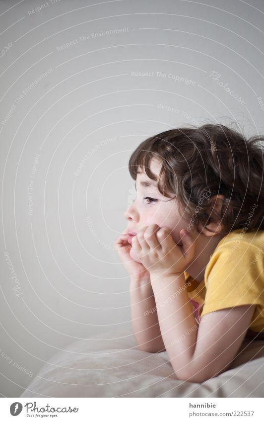 Narrenkastl schaun Mensch Kind Hand ruhig gelb Junge grau träumen T-Shirt Kindheit brünett Kleinkind Langeweile Locken Gelenk abstützen
