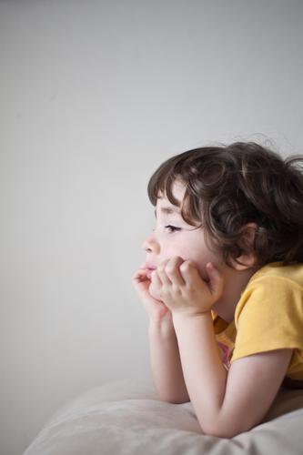 Narrenkastl schaun Mensch Kind Kleinkind Junge Kindheit 1 3-8 Jahre gelb grau Langeweile fade Blick aufstützen Gelenk Locken ruhig Hand Farbfoto Gedeckte Farben