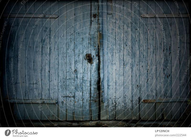 The Doors V alt blau Haus dunkel Holz grau Tür Angst dreckig geschlossen Neugier Hütte Eingang trashig Schloss Spalte