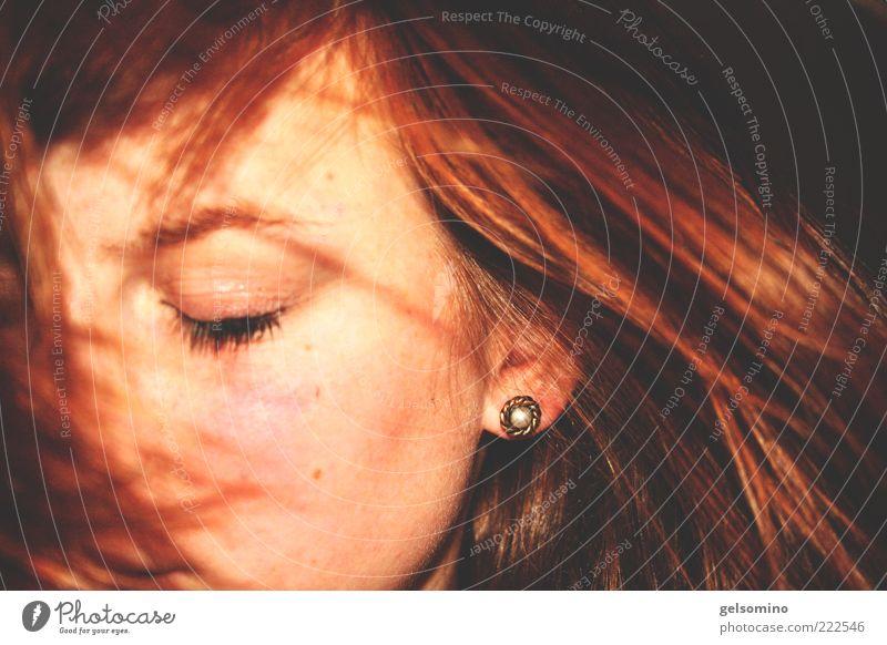 Verweht Mensch schön rot feminin Haare & Frisuren glänzend gold Ohr nah weich Wange rothaarig Ohrringe geschlossene Augen Vor dunklem Hintergrund