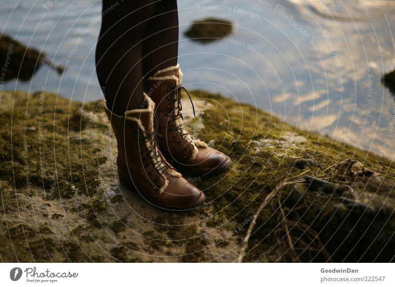 warte. Mensch feminin 1 Umwelt Natur Landschaft Urelemente Wasser Flussufer frieren stehen warten einzigartig kalt dünn trist Stimmung standhaft Farbfoto