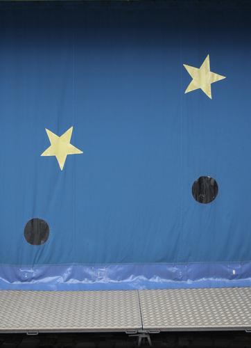 Sonne, Mond und Sterne Zirkus Himmel Fassade Fenster Metall Kunststoff Zeichen Kitsch lustig retro Spitze stachelig blau gelb grau Jahrmarkt Loch Stahl Zelt