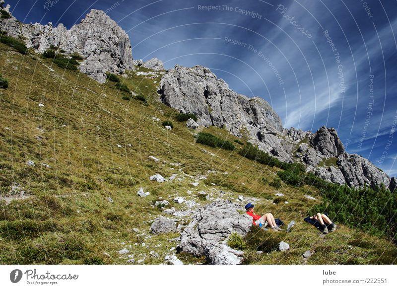 Rast im Gebirge Natur Sommer Ferien & Urlaub & Reisen ruhig Wolken Ferne Erholung Wiese Berge u. Gebirge Gras Freiheit Landschaft Umwelt Zufriedenheit wandern Felsen