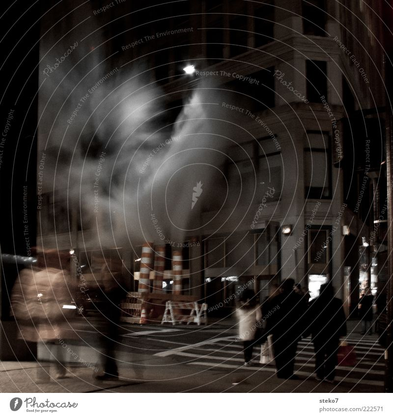 urbaner Geysir Mensch Stadt Fassade Baustelle bedrohlich außergewöhnlich gruselig Rauch Nacht Straßenbeleuchtung mystisch New York City Fußgänger
