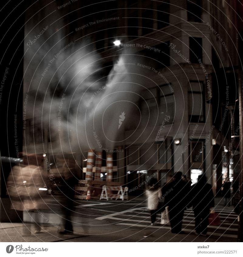 urbaner Geysir Mensch Stadt Fassade Baustelle bedrohlich außergewöhnlich gruselig Rauch Nacht Straßenbeleuchtung mystisch New York City Fußgänger Straßenkreuzung Amerika Altbau