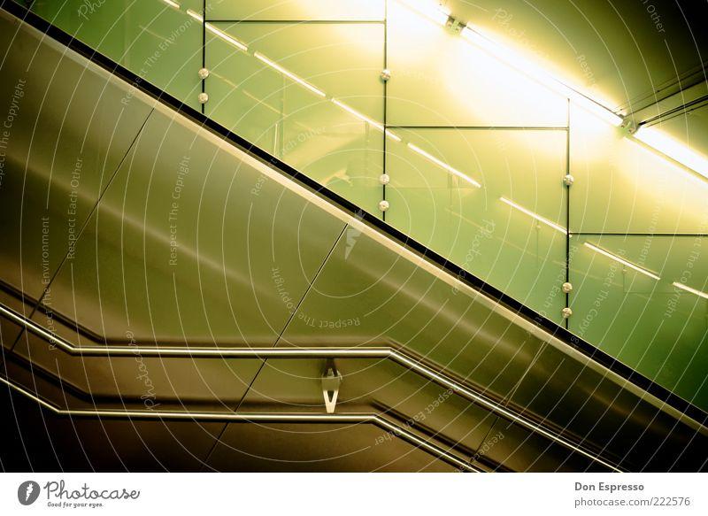 Subway Tales #3 Metall glänzend Treppe Design modern Geländer unten diagonal Treppengeländer Tunnel Rolltreppe Edelstahl abstrakt Leuchtstoffröhre