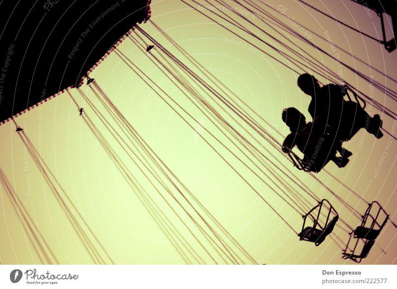 Kindheit Spielen Jahrmarkt Mensch 2 3-8 Jahre 8-13 Jahre drehen fliegen hängen schaukeln sitzen frei Fröhlichkeit Zusammensein Glück Gefühle Stimmung Freude