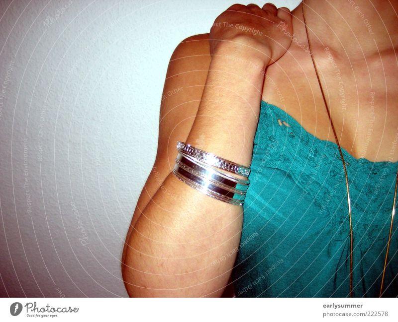 fading away Stil schön Wohlgefühl feminin Frau Erwachsene Jugendliche Leben Haut Arme Dekolleté 1 Mensch 18-30 Jahre Mode Accessoire Schmuck Halskette Armreif